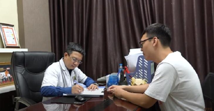 Lương y Đỗ Minh Tuấn khám và đưa ra liệu trình điều trị mề đay phù hợp cho anh Long