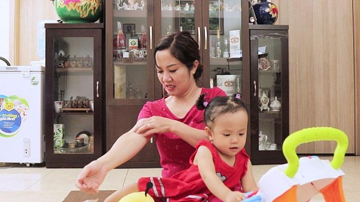 Diễn viên Nguyệt Hằng bị nổi mề đay sau khi sinh em bé thứ 4