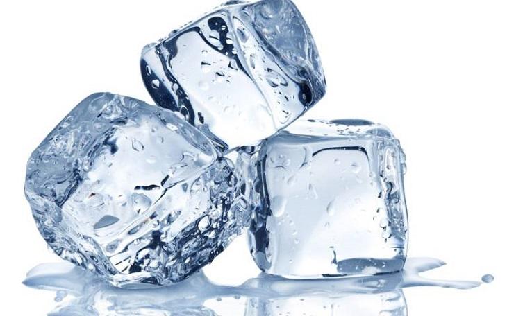 Chườm lạnh giúp giảm ngứa và viêm đỏ trên da