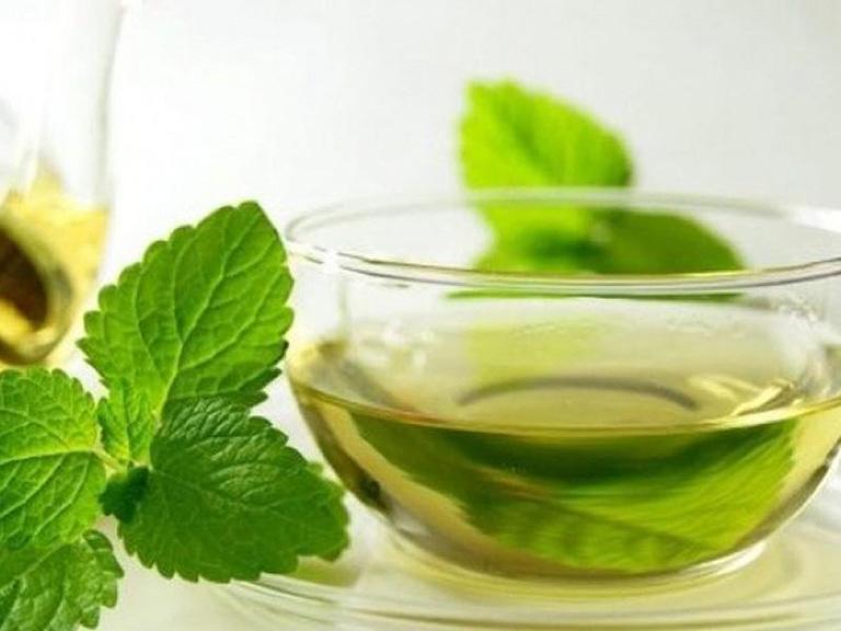 Uống trà từ lá kinh giới giúp điều trị mề đay từ bên trong