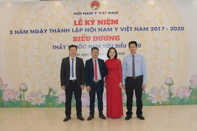 Lương y Đỗ Minh Tuấn trong lễ trao giải thưởng thầy thuốc Nam tiêu biểu 2020