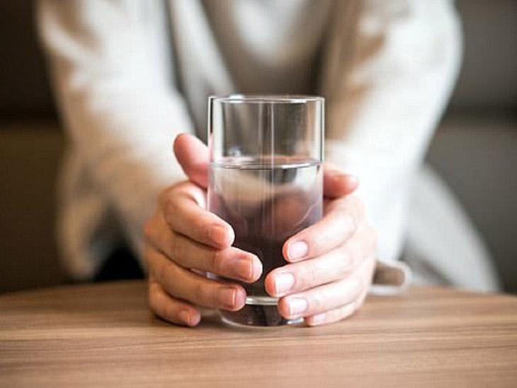 Uống rượu nổi mề đay nên uống nhiều nước thải độc