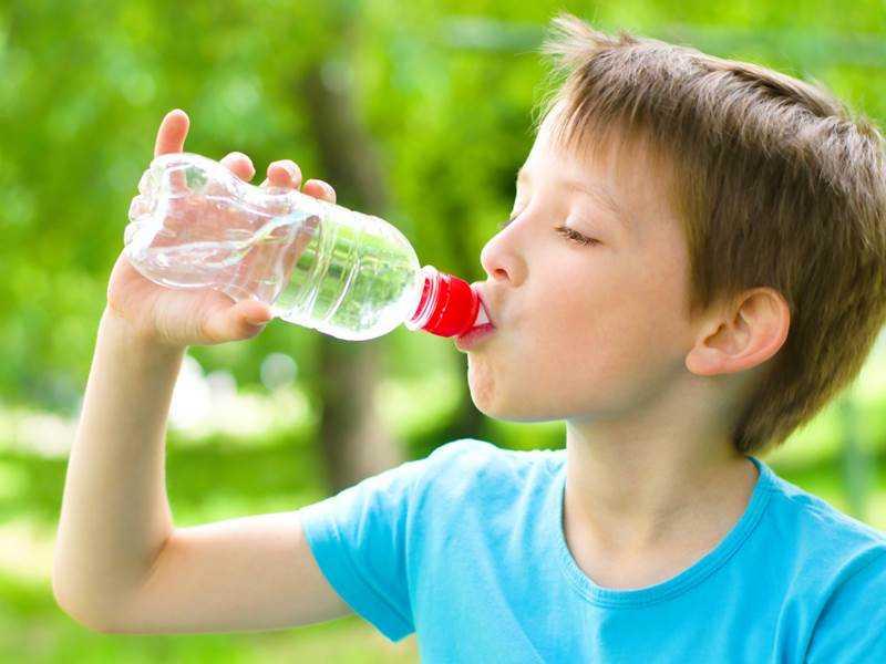Hãy cho trẻ uống nhiều nước, ăn uống khoa học, giữ vệ sinh sạch sẽ để ngăn ngừa bệnh