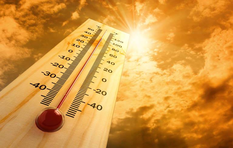 Các tác nhân ngoài môi trường như nhiệt độ, độ ẩm, tia UV có thể gây khởi phát dị ứng ở trẻ